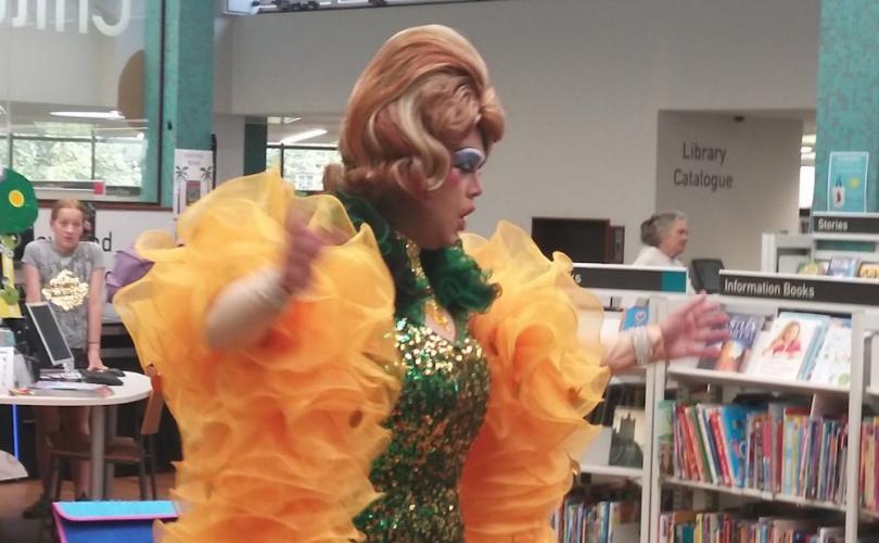 Reino Unido: Travesti Ensina Crianças a Fazerem 'Twerk' na Biblioteca