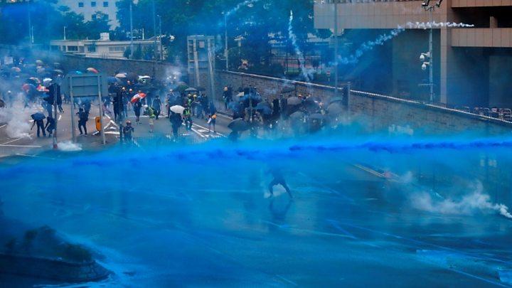 Hong Kong: A Polícia Está a Marcar Manifestantes com Tinta Azul para os Prender Mais Tarde