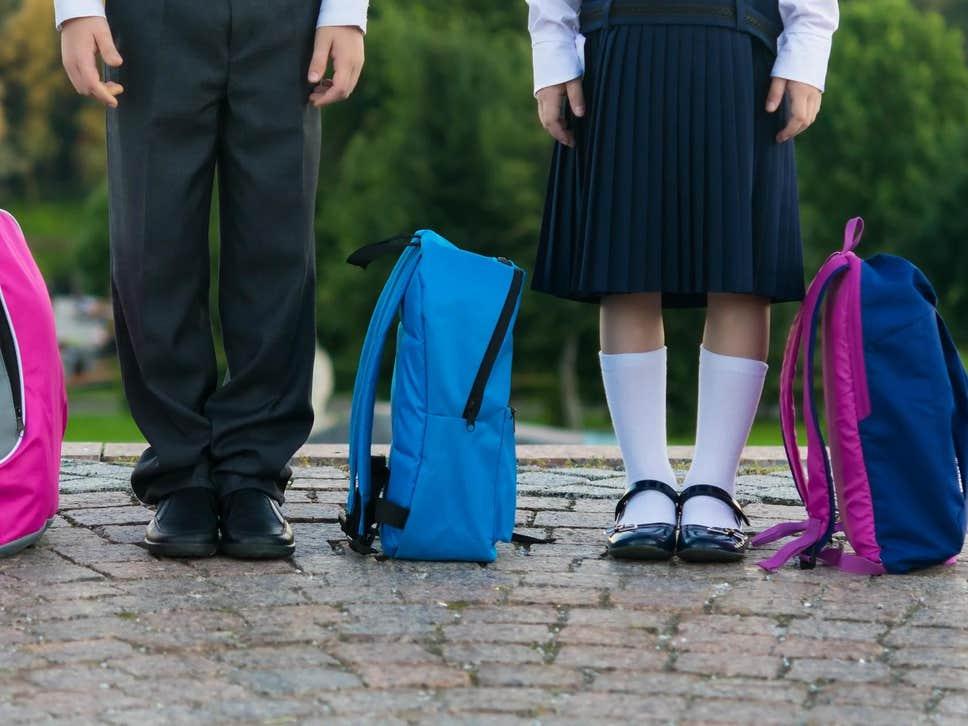 Reino Unido: 150 Pais e Alunos em Protesto Contra a Proibição de Raparigas Usarem Saias na Escola