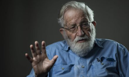 """Noam Chomsky Defende Assange em Tribunal contra os """"Arquitectos do Poder"""""""